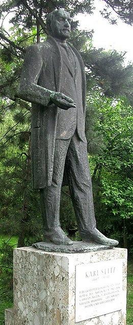 Karl Seitz Statue im Rathauspark