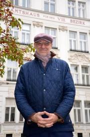 Alexander Spritzendorfer vor dem Amtshaus Josefstadt